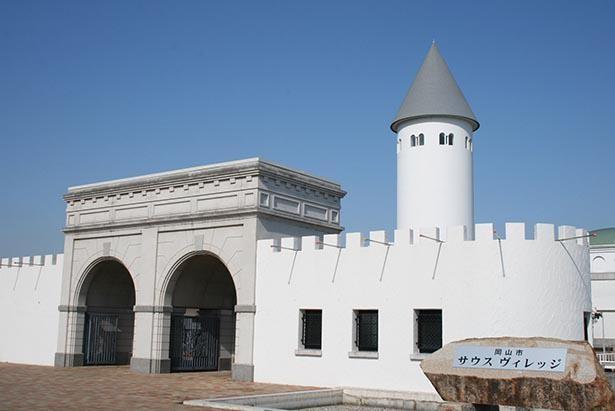 白壁がまぶしく輝く南欧風の建築が特徴