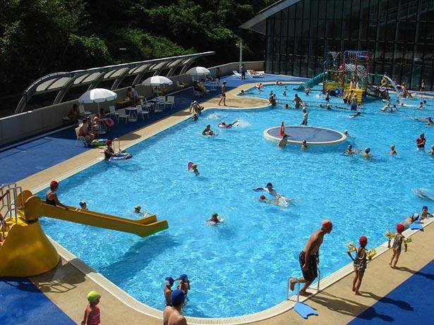 幼児用プールは子供たちの楽しく遊ぶ声に包まれる