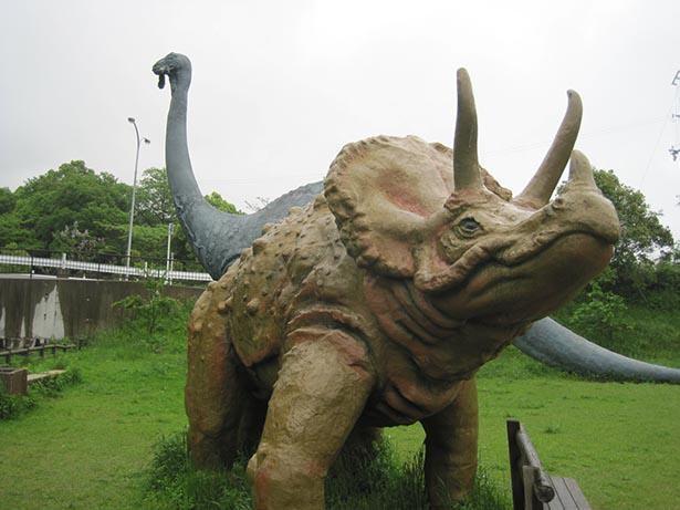 ちびっこ広場には恐竜のオブジェが設置されている