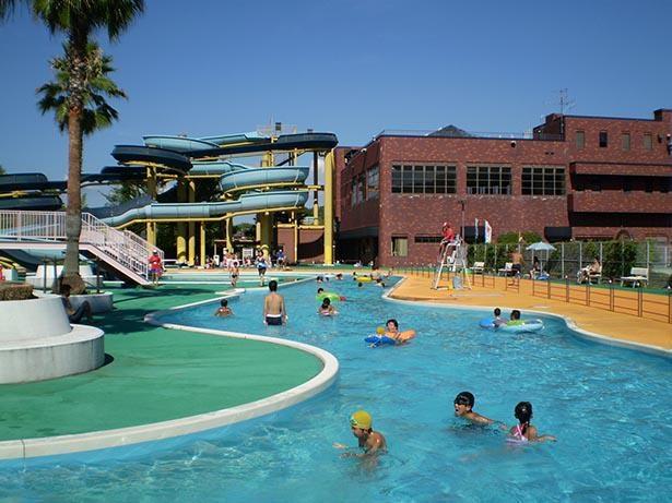 ウォータースライダーと幼児プールにある噴水が家族連れに人気