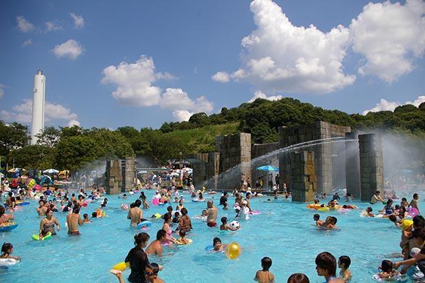 幼児プールと噴水プール、けい流プールは小川でつながっている