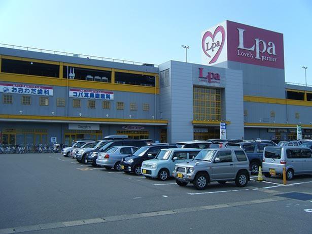 【写真】国道8号線に面したショッピングセンター