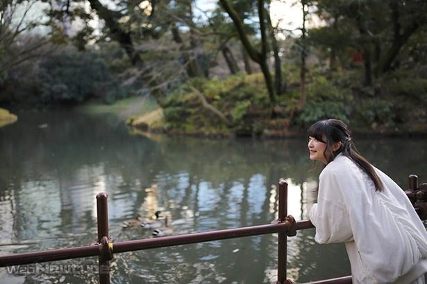 上田麗奈フォトコラム・夕日の差し込む冬の公園で