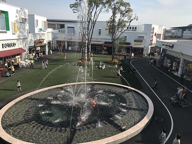 セントラルパークには噴水や子供が走り回れる芝生が整備されている
