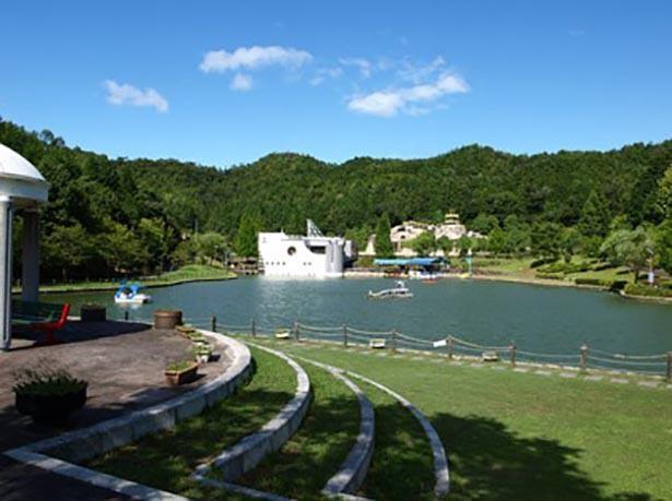 こどもゾーンにある竜が浮かぶ大きな池ではボートに乗れる