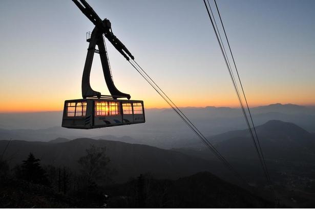 【写真】標高980メートルの山麓駅から標高1770メートルの山頂駅へ