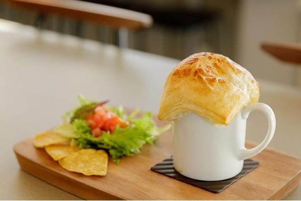 雲海に見立てたパイでスープを包んだ「雲海パイ包みスープ」