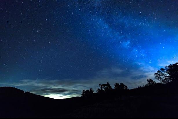 天の川や夏の星座、さらには流れ星が見られることも
