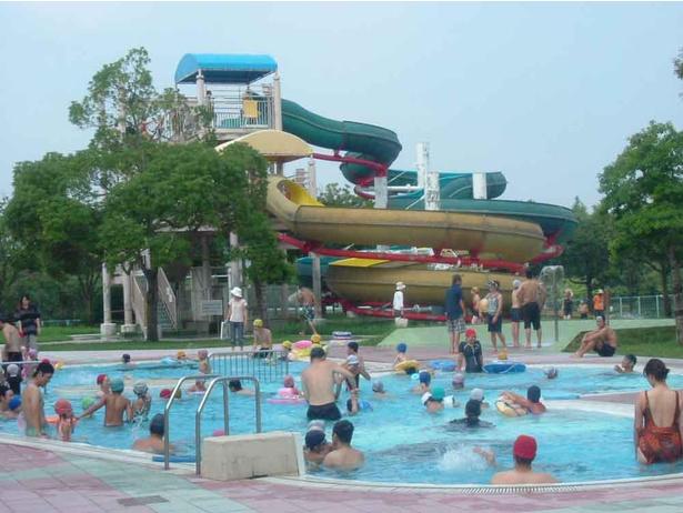 夏期限定でウォータースライダーも楽しめる屋外プールが利用できる