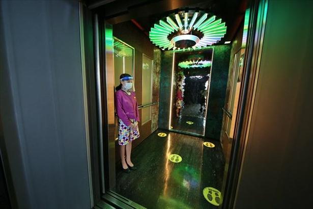 トップデッキツアーはエレベーターをグループ貸し切りで実施