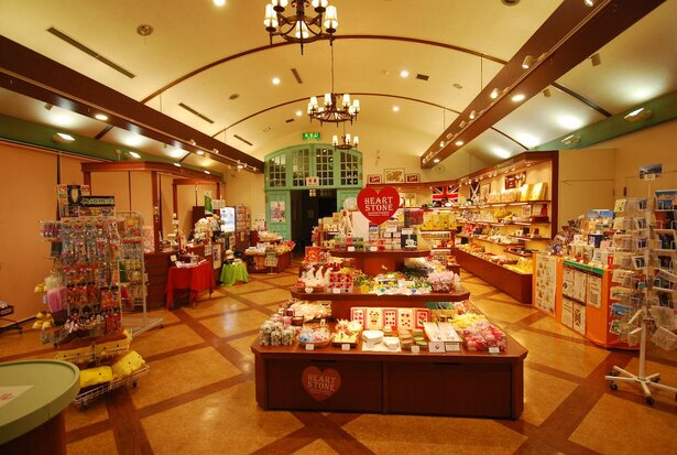 長崎限定のお菓子や雑貨まで幅広く取りそろえている