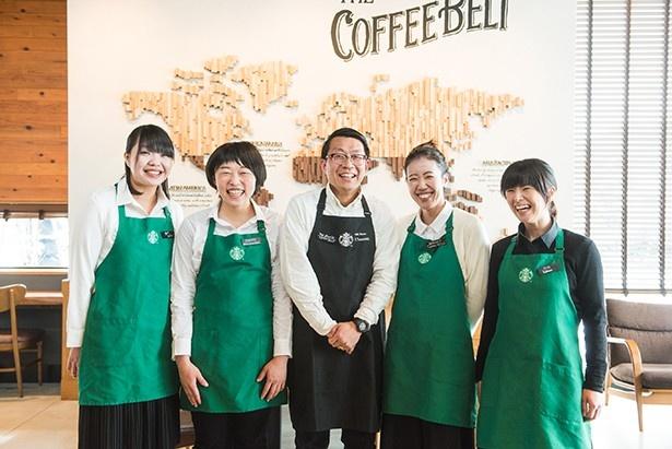 ブラックエプロンのストアマネージャー、安西俊之さんと地元出身の女性スタッフたち