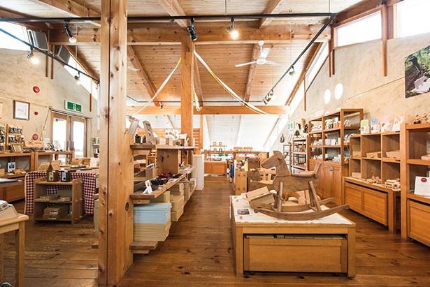 高山本社・工房には、工芸品を販売するショップも併設されている