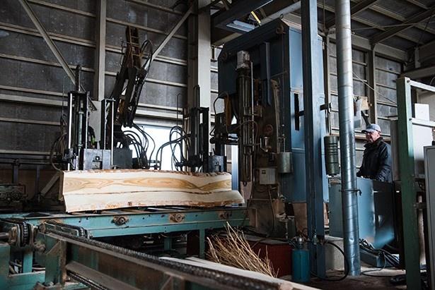 カネモクの作業場にあるこの機械は木材をカットするためのもの