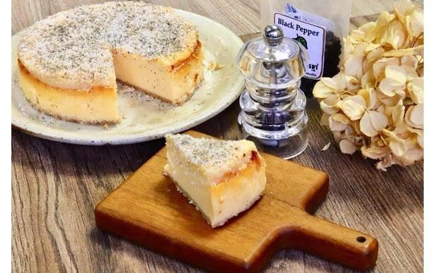 複雑な味わいが楽しめる「パルミジャーノと黒胡椒のチーズケーキ」(380円) / カフェ百時
