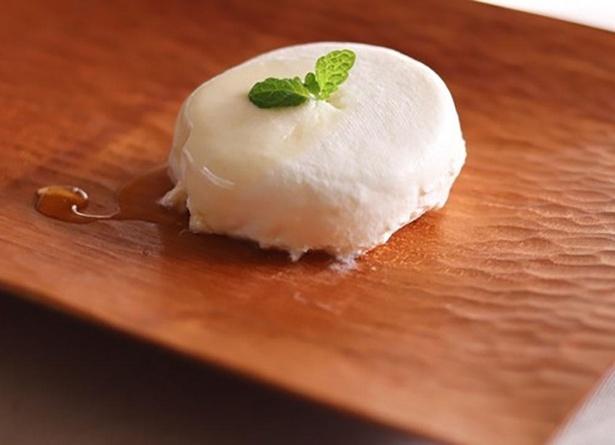 北海道「共働学舎」のフレッシュチーズで作る「クレメ・ダンジュ」(380円) / カフェ百時