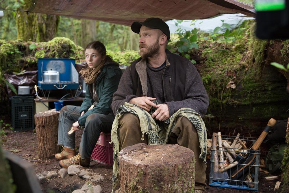 【写真を見る】PTSDに苦しむ父親ウィルを演じたベン・フォスター (『足跡はかき消して』)