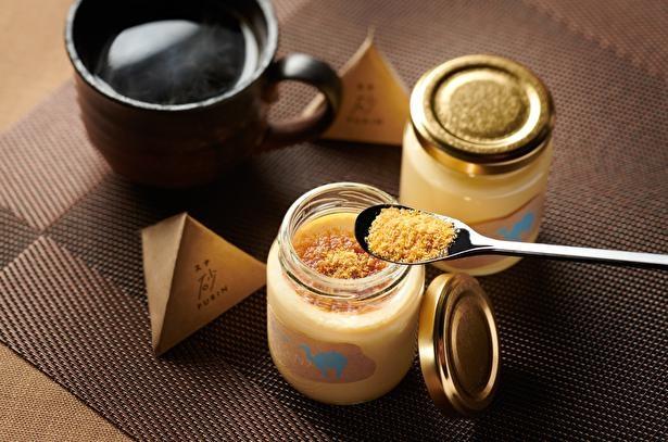 """【写真】まるで""""砂""""を食べてるみたい!?粉末カラメルが特徴の「砂プリン」"""