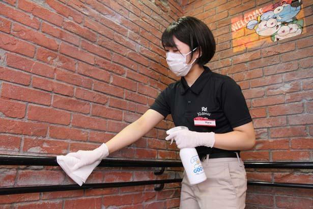 手が触れる場所や箇所の噴霧・清拭作業を随時実施 ※画像はイメージ/キッザニア甲子園