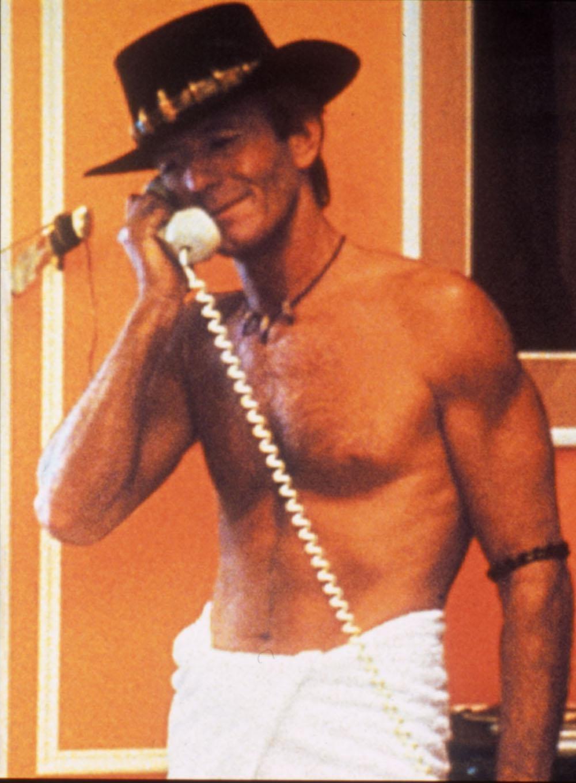 【写真を見る】40代後半とは思えないポール・ホーガンの肉体美(『クロコダイル・ダンディー』)