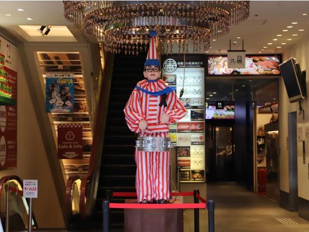 【写真】自粛していた、大阪を代表するキャラクター「くいだおれ太郎」は6月1日に復帰。フルーツパーラー「TARO's PARLOR」のすぐ近くに立っている