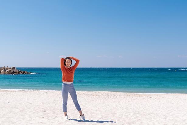白良浜の砂は石英砂(せきえいさ)と呼ばれ、ガラスの原材料でもある石英を豊富に含んでいる/白良浜