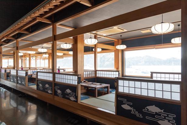 海が近い絶好のロケーション。丸長水産、SABARのメニューはどの席でも注文できる/和歌山県おさかな村