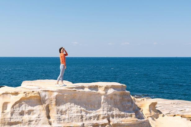 白良浜から車で10分走ったところにある千畳敷もおすすめの観光スポット。波に浸食された巨大な岩に圧倒される/白良浜
