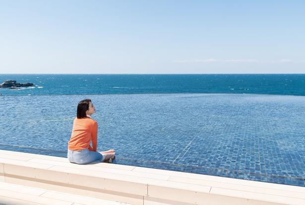 足湯は誰でも無料で利用できる。泉質はナトリウム-塩化物泉・炭酸⽔素塩泉で冷え性にもよいとか/SHIRAHAMA KEY TERRACE HOTEL SEAMORE