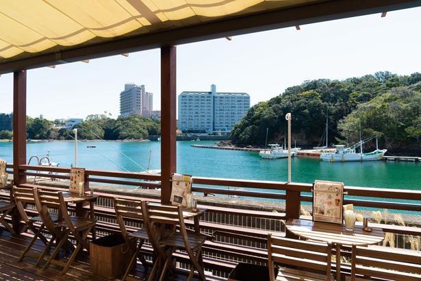 天気のよい日は、海を望むテラス席がおすすめ。ゆったりと過ごせるソファ席もある/Kagerou Cafe