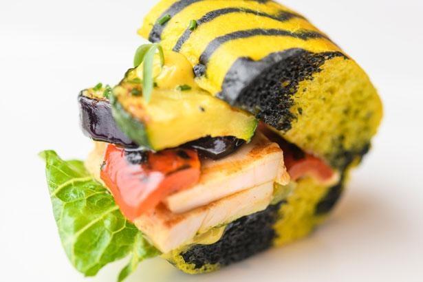 【写真】「虎のサンドイッチ」の断面の様子。やわらかそうな大山鶏とたっぷり野菜が食欲をそそる