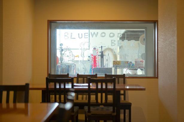 店内の窓からブルワリーをのぞき見できる/HaruHaru〜韓バル〜