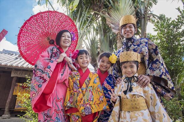 琉球の伝統衣装を着て記念撮影