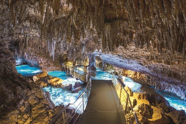 【写真】年間100万人が訪れる鍾乳洞・玉泉洞は必見!