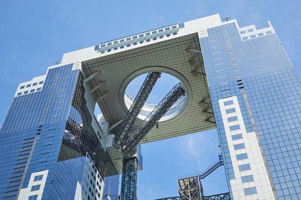 ビルとビルの間に浮かぶ、まさに「空中庭園展望台」