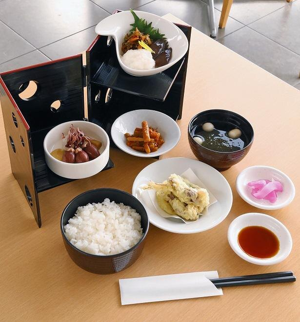 ホタルイカの天ぷらや沖漬などが付く「蛍烏賊づくし膳」