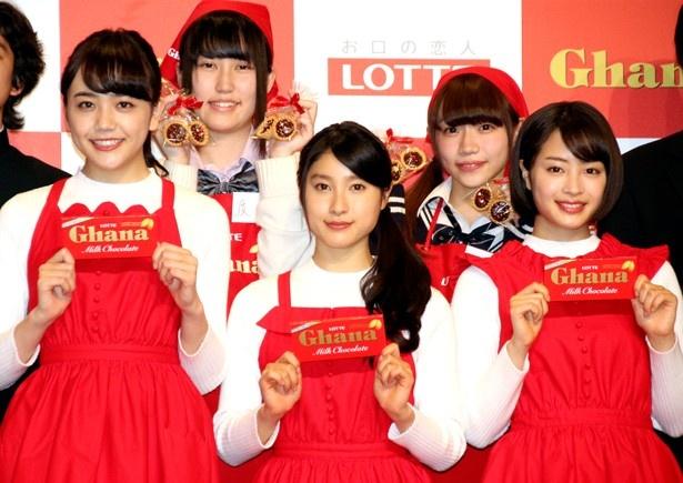 ロッテ「初チョコ女子とつくる 手づくりガーナバレンタイン教室」に登場した松井愛莉、土屋太鳳、広瀬すず(左から)