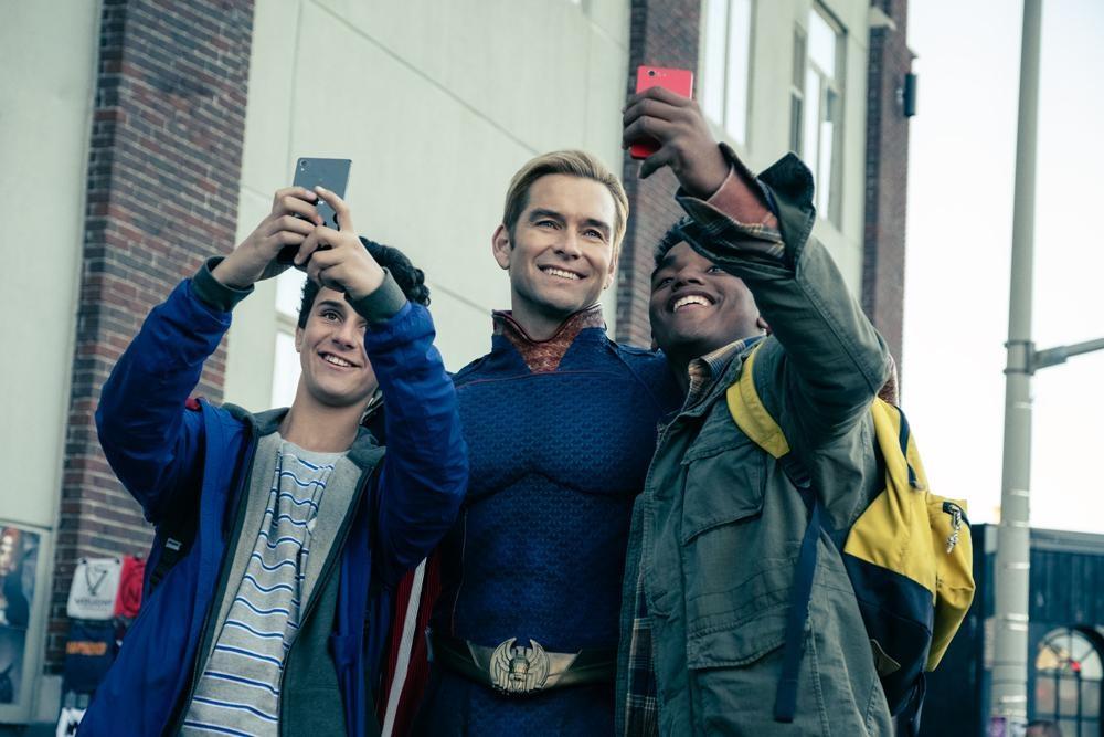 【写真を見る】ビジュアルはスーパーマン×キャプテンアメリカなのに、中身はサイコパスなホームランダー