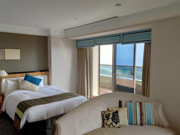 【写真】大きな窓の下には換気口が備えられていて外気の取り入れが可能な客室。リゾート気分も味わえる