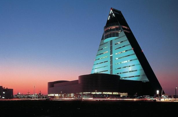 三角形の建物が特徴的な青森県観光物産館 アスパムは陸奥湾に面している