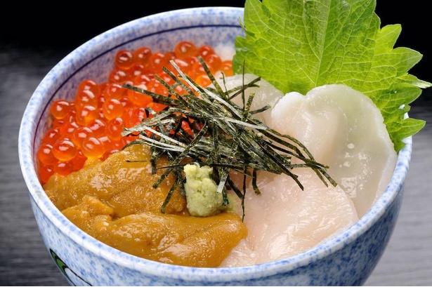 みちのく料理 西むら アスパム店の「海鮮三食丼定食」(税込3035円)