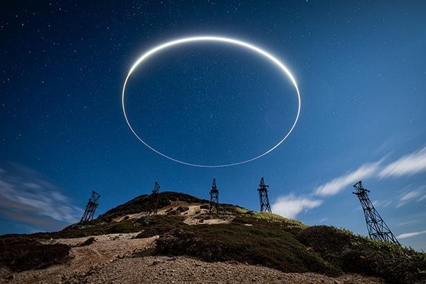 【写真】夜空に浮かぶ円環を捉えた1枚。「廃墟×星」というテーマで、廃墟を撮影している啝(わ)さんの作品だ