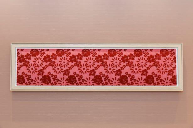 店内に飾られる福岡県の「久留米絣」のアートワーク