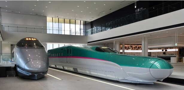 E5系新幹線電車のモックアップ(写真右)と山形新幹線400系新幹線電車(同左)