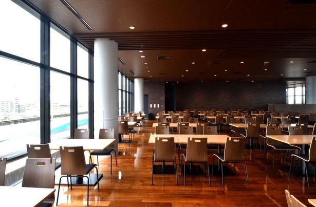 走行する新幹線を眺めながら食事が楽しめる「ビューレストラン」