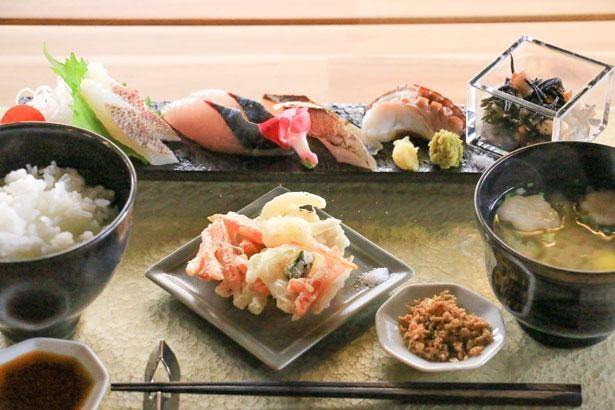 新鮮な魚を使った定食は人気メニュー/SERENO seafood&cafe