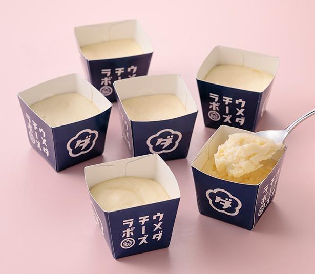 スプーンで食べるチーズケーキ(各216円)