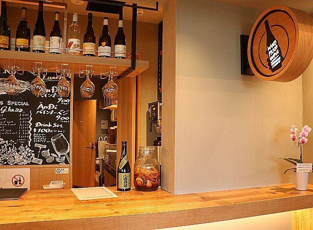 「虎ノ門横丁セラー(HAND PICKING WINE)」のワインは横丁内の各店舗に持ち込むことができる
