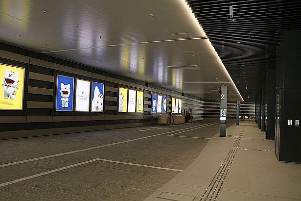 1階には空港リムジンバスや都心部と臨海部を結ぶ BRT(バス高速輸送システム)も発着可能なバスタ ーミナルも設置