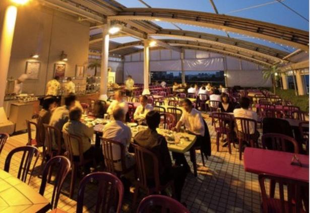 開放的な空間で仲間や家族、友達ともに楽しく過ごす会場